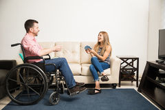 Homme et femme jouant des cartes Photos stock