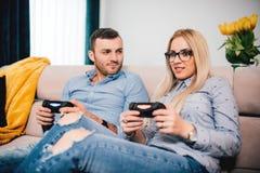 Homme et femme jouant des jeux vidéo l'homme est fâché et la fille gagne Détails de concept de mode de vie moderne et de temps gr Photos libres de droits
