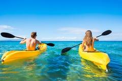 Homme et femme Kayaking dans l'océan Photos stock