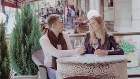 Homme et femme la date en café dehors et vin potable clips vidéos
