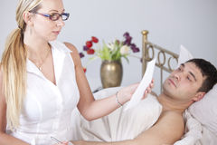 Homme et femme malades avec le rapport médical Image stock