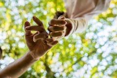 Homme et femme marchant avec les doigts liés dans un signe d'aff Images libres de droits