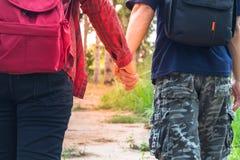 Homme et femme marchant main dans la main, main deux Photo stock