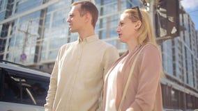 Homme et femme marchant sur la rue de ville support de spectateurs aux carrefours clips vidéos