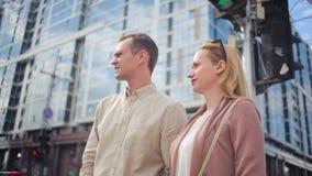 Homme et femme marchant sur la rue de ville support de spectateurs aux carrefours banque de vidéos