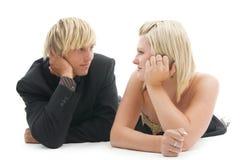 Homme et femme menteur. Image libre de droits