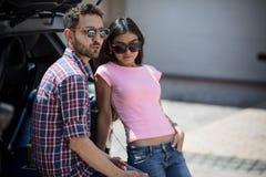 Homme et femme modèles heureux dans la voiture Photo libre de droits