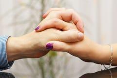 Homme et femme montrant l'amour et le soin entre eux avec des mains Photographie stock libre de droits