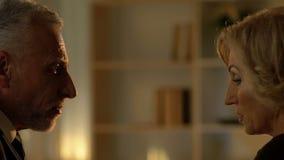Homme et femme parlant à la vitesse datant, associés s'occupant le contrat clips vidéos