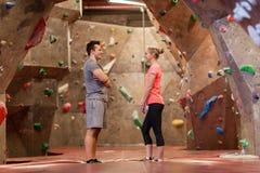 Homme et femme parlant au gymnase s'élevant d'intérieur Photo stock