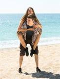 Homme et femme passant leur temps gratuit sur la côte Photos stock