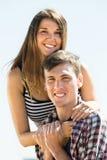 Homme et femme passant leur temps gratuit sur la côte Image stock
