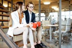 Homme et femme pendant la pause-caf? dans le bureau photo libre de droits