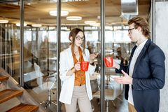 Homme et femme pendant la pause-caf? dans le bureau image libre de droits