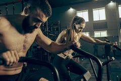 Homme et femme pendant les exercices dans le gymnase de forme physique Crossfit photo libre de droits