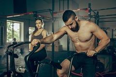 Homme et femme pendant les exercices dans le gymnase de forme physique Crossfit images libres de droits