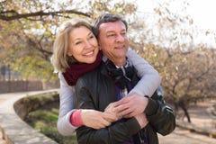 Homme et femme pluss âgé dans l'amour extérieur dans le jour d'automne Photo libre de droits