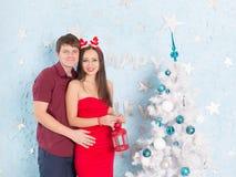 Homme et femme près d'arbre de Noël Image stock