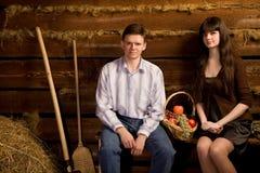 Homme et femme près de panier de fruit sur le banc Photographie stock libre de droits
