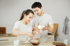 Homme et femme préparant le dessert doux ensemble Couples heureux Photo libre de droits