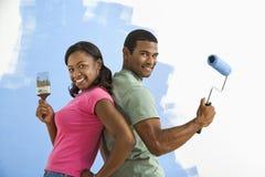 Homme et femme prêts à peindre. Image stock