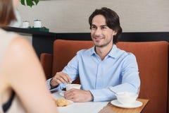 Homme et femme prenant le déjeuner au café Photos stock