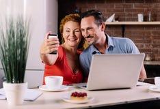 Homme et femme prenant le selfie Images libres de droits