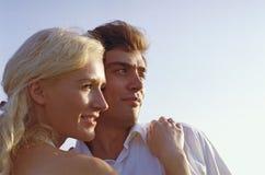 Homme et femme regardant à l'extérieur Photos stock