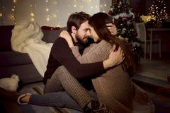 Homme et femme regardant dans l'un l'autre des yeux dans la nuit de Noël d'amour Photographie stock