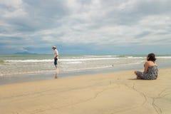 Homme et femme regardant dans la mer de la plage Danang de la Chine Images libres de droits