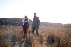 Homme et femme regardant l'appareil-photo Images stock