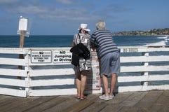 Homme et femme regardant l'océan Photos libres de droits