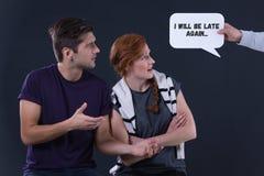 Homme et femme regardant la bulle de la parole Photos libres de droits