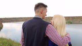Homme et femme regardant la vue du lac, plan rapproché banque de vidéos