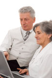 Homme et femme regardant le fond de blanc d'ordinateur portatif Images stock