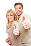 Homme et femme retenant des pouces vers le haut Photos libres de droits