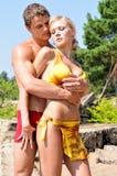 Homme et femme retenant en fonction la plage. Photo stock