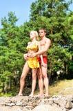 Homme et femme retenant en fonction la plage. Photo libre de droits