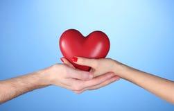 Homme et femme retenant le coeur rouge Images stock