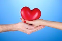 Homme et femme retenant le coeur rouge i Photo libre de droits