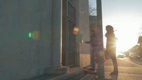 Homme et femme retournant à la maison après l'achat clips vidéos