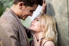 Homme et femme riant ensemble Photos stock