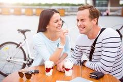 Homme et femme riant fort Image stock
