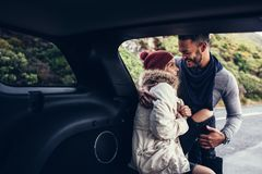 Homme et femme romantiques sur un voyage par la route Image stock