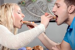 Homme et femme s'alimentant Photographie stock