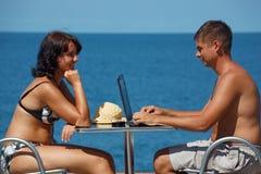 Homme et femme s'asseyant à la table sous le ciel ouvert Photos libres de droits