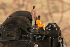 Homme et femme s'asseyant in camera Photographie stock libre de droits