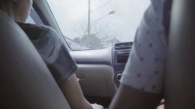 Homme et femme s'asseyant dans la voiture et montant quelque part dans la zone rurale le jour nuageux banque de vidéos