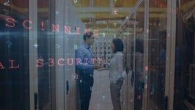 Homme et femme se disputant dans une salle de serveur pendant que les messages de sécurité se déplacent au premier plan illustration libre de droits