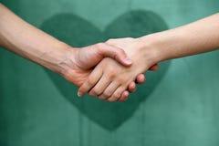 Homme et femme se serrant la main Photos stock
